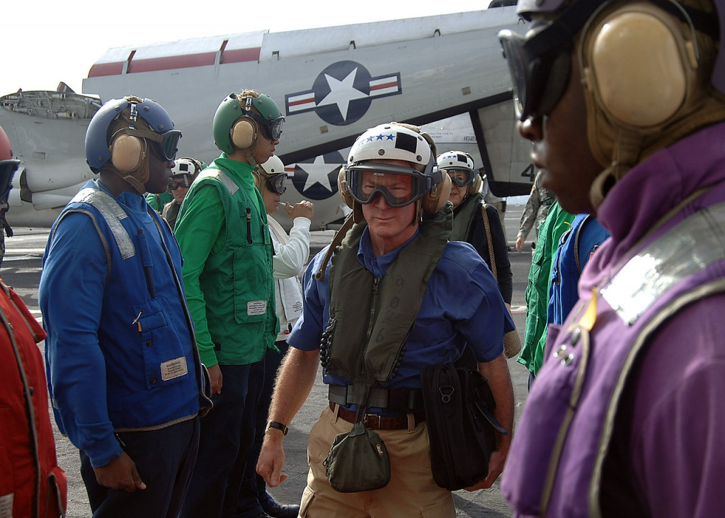Посол США в Венесуэле Уильям Браунфилд прибыл на борт авианосца USS George Washington, 9 апреля 2006 г. Источник: министерство обороны США, Кристофер Стивенс (U.S. Navy photo by Photographer's Mate 3rd Cass Christopher Stephens)