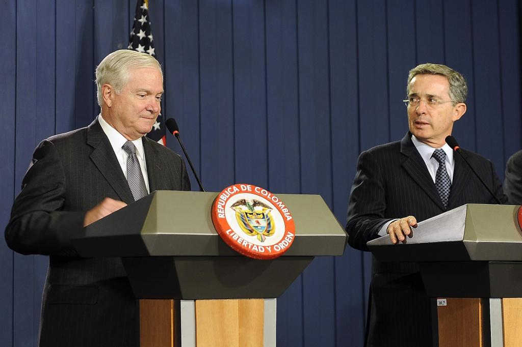 Министр обороны США Роберт Гейтс и президент Колумбии Альваро Урибе дают совместную пресс-конференцию в Президентском дворце в Боготе, 16 апреля 2010 г. Источник: министерство обороны США, мастер-сержант Джерри Мориссон.